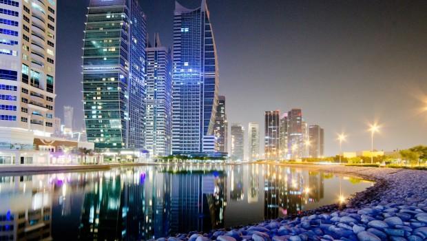 BlueBay_Dubai_nocturna-620x350